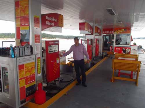 Gobernador de Guainía Javier Zapata visitando estaciones de combustible fluviales en Manaos, una alternativa para desarrollar en la región. Foto: cortesía Gobernación de Guianía.