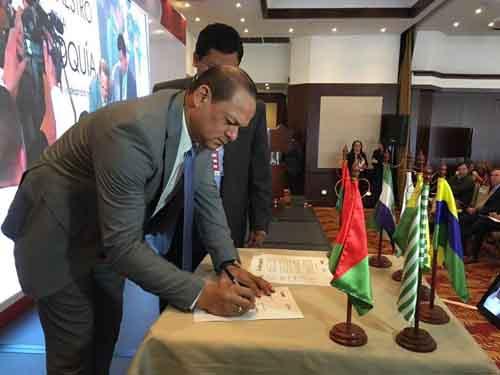 Javier Zapata, gobernador de Guainía, firmando el acta de acuerdo para inciar la estructuración de proyectos prioritarios del Plan Maestro de la Orinoquía