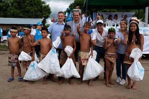 En la foto aparecen niños indígenas de la comunidad Cimarrón. En la parte de atrás, Carlos Cuenca (Representante a la Cámara Guainía), Javier Zapata (gobernador de Guainía), Camilo Puentes (alcalde de Inírida) y Tatyana Orozco (directora DPS).