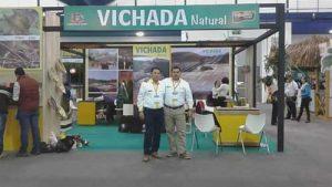 Juan Carlos Montaña (pantalón gris) representando a Vichada en una feria turística. Foto: archivo particular.