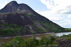 Cerro Pajarito, Cerros de Mavicure, Río Inírida, Guainía. Foto. Facebook Zeze Amaya