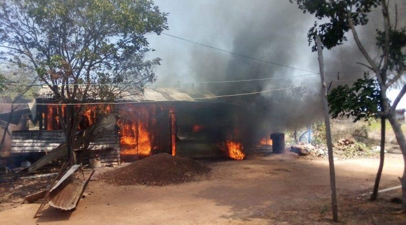 [FOTOS] Ocho personas sin hogar luego de voraz incendio en Puerto Carreño