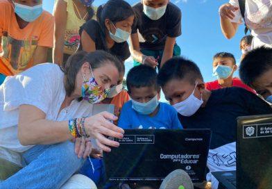 Expedición de la Conectividad, liderada por Karen Abudinen, llegó a las profundidades del Guainía para entregar computadores a los niños de Remanso y Venado
